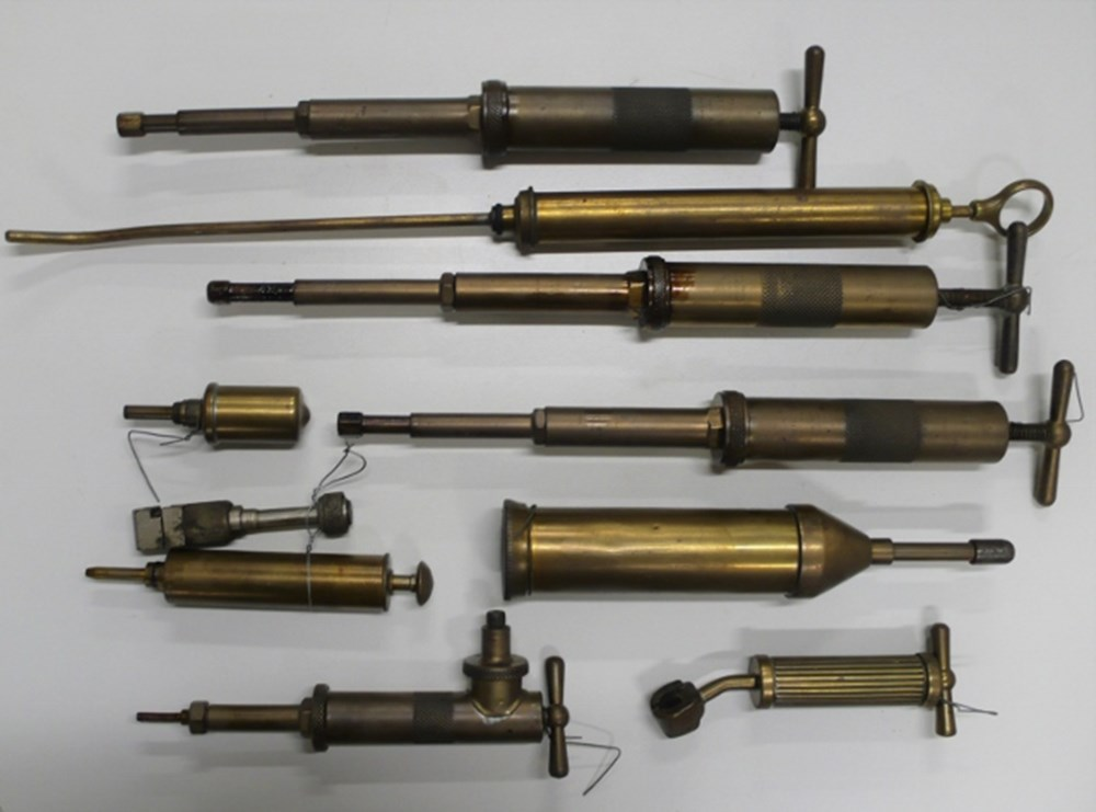 Lot 4 - Early grease guns