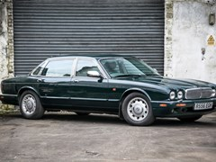 Navigate to Lot 104 - 1997 Daimler V8