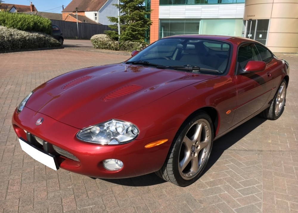 Lot 327 - 2000 Jaguar XKR Coupé